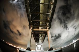 夜の横浜ベイブリッジ(大黒ふ頭から撮影)の写真素材 [FYI03390833]