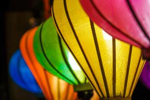 カラフルな夏祭りの提灯の写真素材 [FYI03390836]