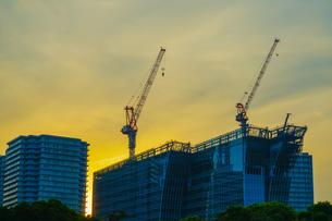 夕暮れ空と横浜みなとみらいのビル群の写真素材 [FYI03390872]