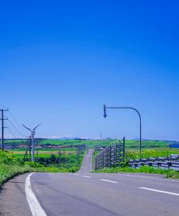 北海道 自然 風景 一本道と青空の写真素材 [FYI03390938]