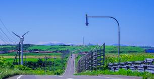 北海道 自然 風景 パノラマ 一本道と青空の写真素材 [FYI03390939]