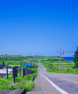 北海道 自然 風景 一本道と青空の写真素材 [FYI03390941]