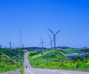 北海道 自然 風景 一本道と青空の写真素材 [FYI03390942]