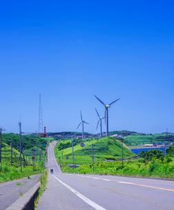 北海道 自然 風景 一本道と青空の写真素材 [FYI03390943]