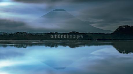 精進湖 の写真素材 [FYI03390957]