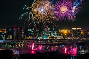 東京湾の花火大会の写真素材 [FYI03391128]