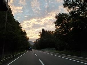 帰り道の夕日の写真素材 [FYI03391459]
