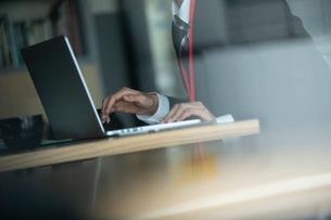 PCを確認するビジネスマンの写真素材 [FYI03391539]