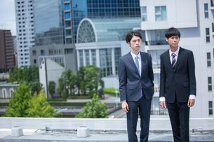 2人で屋外にいる20代ビジネスマンの写真素材 [FYI03391587]