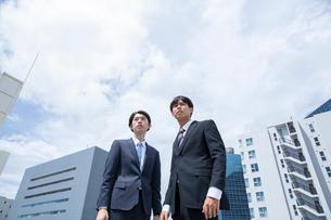 遠くを見るビジネスマンの写真素材 [FYI03391591]
