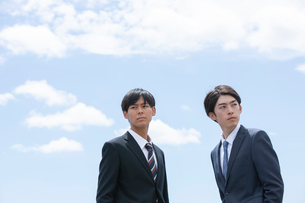 2人で屋外にいる20代男性ビジネスマンの写真素材 [FYI03391610]