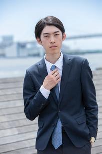 屋外にいる20代男性ビジネスマンの写真素材 [FYI03391612]