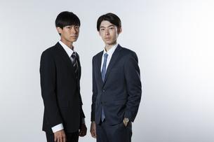 スーツ姿の20代男性2人の写真素材 [FYI03391621]