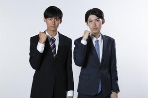 ガッツポーズをするスーツ姿の20代男性2人の写真素材 [FYI03391633]