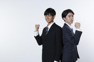 ガッツポーズをするスーツ姿の20代男性2人の写真素材 [FYI03391634]