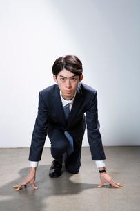 スタート前のスーツ姿の20代男性の写真素材 [FYI03391668]