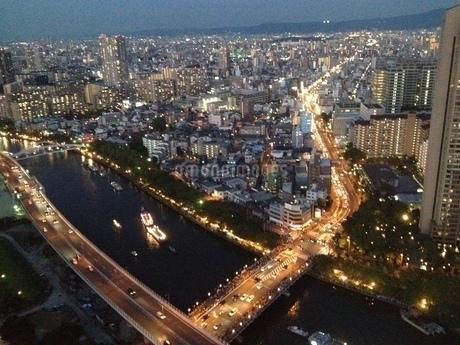 川沿い夜景の写真素材 [FYI03391758]