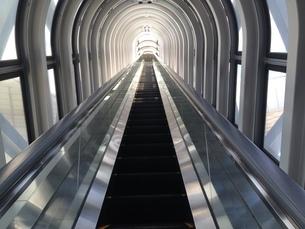 屋上へのエスカレーターの写真素材 [FYI03391762]