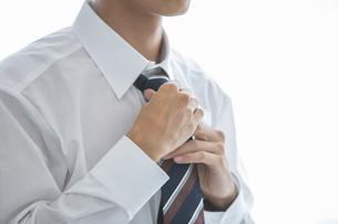 ネクタイを締める男性の襟元の写真素材 [FYI03391763]