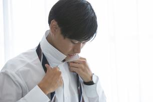 ネクタイを締める20代男性の写真素材 [FYI03391766]