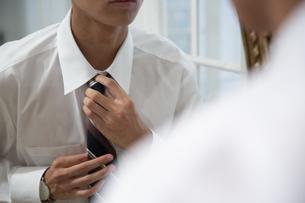 ネクタイを締める男性の襟元の写真素材 [FYI03391775]