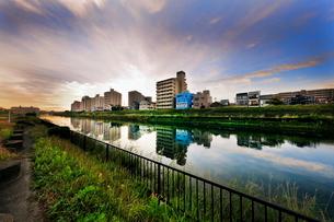 朝の神崎川 日本 大阪府 大阪市の写真素材 [FYI03391853]