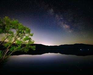 天の川と余呉湖 日本 滋賀県 長浜市の写真素材 [FYI03391875]