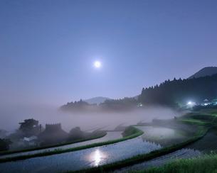 満月と能勢長谷の棚田 日本 大阪府 豊能郡の写真素材 [FYI03391895]