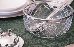 テーブルの上の食器の写真素材 [FYI03391914]