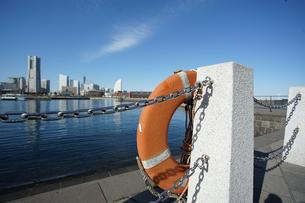 港の岸壁にある救命浮き輪の写真素材 [FYI03391995]
