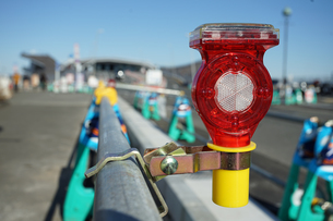 道路工事現場の警告灯の写真素材 [FYI03391996]