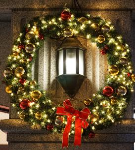 通りの街灯のクリスマスデコレーションの写真素材 [FYI03392003]
