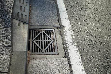 道路脇の溝のフタの写真素材 [FYI03392015]