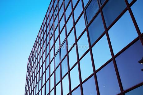 ビルの窓ガラスと青空の写真素材 [FYI03392026]
