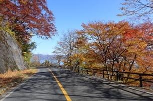 紅葉する十和田湖への道の写真素材 [FYI03392030]
