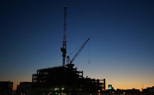夕方の工事現場の写真素材 [FYI03392034]
