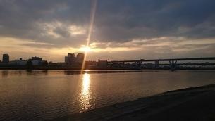 荒川の夕日2の写真素材 [FYI03392036]