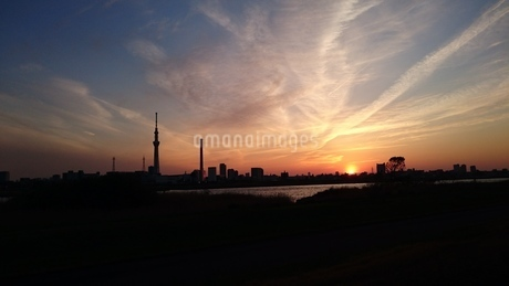 荒川の夕日の写真素材 [FYI03392037]