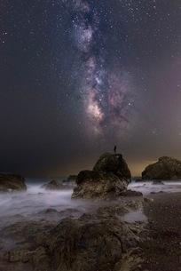 岩場の海岸と天の川 日本 愛知県 田原市 和地町 の写真素材 [FYI03392392]
