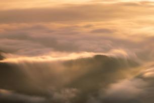 朝日があたる雲海の写真素材 [FYI03392394]