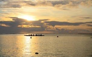 カヌーと夕日の写真素材 [FYI03392426]