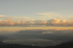 夕日の諏訪湖の写真素材 [FYI03392657]