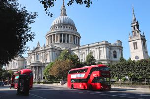 セントポール大聖堂の全景と赤いバスの写真素材 [FYI03392700]