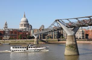 セントポール大聖堂とミレニアムブリッジとテムズ川の観光船の写真素材 [FYI03392712]