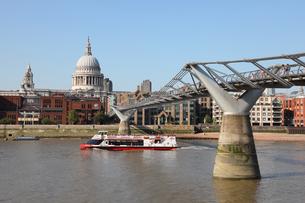 セントポール大聖堂とミレニアムブリッジとテムズ川の観光船の写真素材 [FYI03392715]