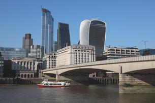 シティの新ビル群とテムズ川の観光船の写真素材 [FYI03392725]