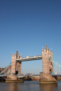 タワーブリッジと青空の写真素材 [FYI03392734]