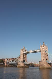 タワーブリッジと青空の写真素材 [FYI03392735]