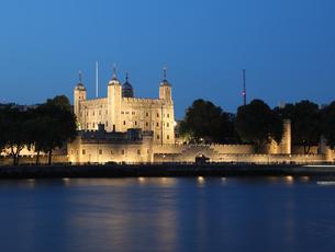 ロンドン塔とテムズ川の夕景の写真素材 [FYI03392744]