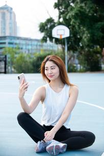 スマホでセルフィーをしている女性の写真素材 [FYI03392800]